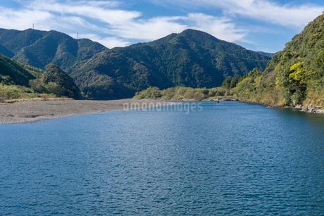 四万十川の三里沈下橋から見る、西側の山々の写真素材 [FYI03409545]