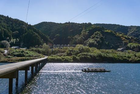 四万十川の三里沈下橋の川下りの写真素材 [FYI03409547]