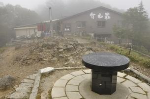 霧に煙る大菩薩峠の写真素材 [FYI03409576]