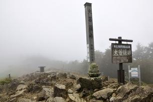 霧に煙る大菩薩峠の写真素材 [FYI03409577]