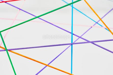 カラフルな紐の直線で複雑なようでシンプルな繋がりをイメージの写真素材 [FYI03409679]