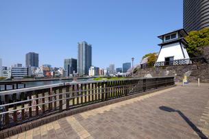 佃公園の石畳の遊歩道と石川島灯台の写真素材 [FYI03409844]