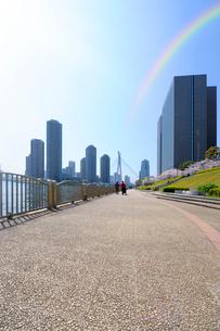 隅田川テラスと虹と高層ビルの写真素材 [FYI03409848]