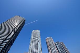飛行機雲と東雲の高層タワーマンション群の写真素材 [FYI03409854]