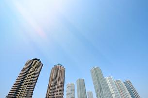 陽光と東雲の高層タワーマンション群の写真素材 [FYI03409855]