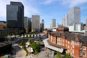 KITTE展望台から見る東京駅と丸の内の高層ビル群の写真素材 [FYI03409858]