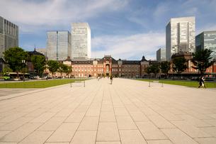 東京駅丸の内広場と赤レンガの駅舎の写真素材 [FYI03409866]