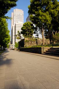 石畳の歩道と高層ビルの写真素材 [FYI03409868]