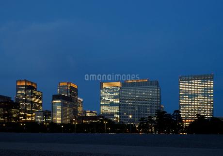 皇居前広場と灯りのともった丸の内の高層ビル群の写真素材 [FYI03409885]