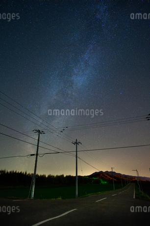 天の川と道の写真素材 [FYI03410091]