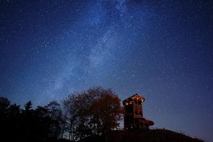 天の川と小屋の写真素材 [FYI03410095]