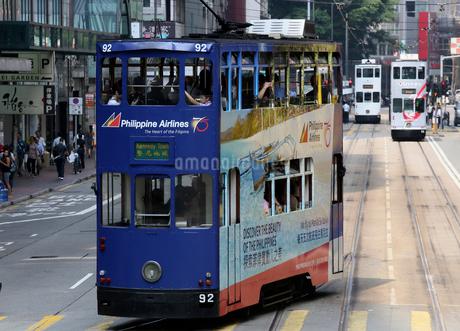 路面電車トラム。香港の庶民の足。の写真素材 [FYI03410278]