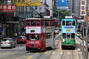 路面電車トラム。香港の庶民の足。の写真素材 [FYI03410283]