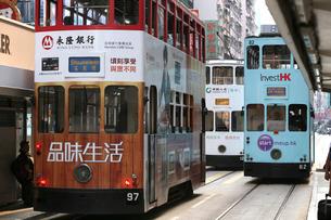 路面電車トラム。香港の庶民の足。の写真素材 [FYI03410284]