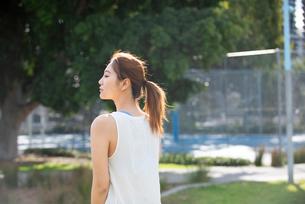 公園でエクササイズ中の女性の写真素材 [FYI03410496]