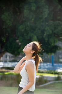 公園でエクササイズ中の女性の写真素材 [FYI03410498]