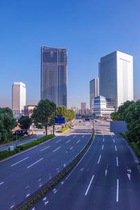 横浜みなとみらい大通り、完成間近の高層ビル群の写真素材 [FYI03410541]