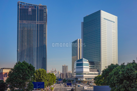横浜みなとみらい大通り、完成間近の高層ビル群の写真素材 [FYI03410542]