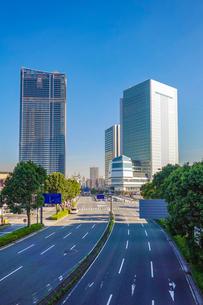横浜みなとみらい大通り、完成間近の高層ビル群の写真素材 [FYI03410550]