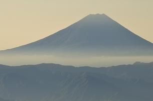 朝日の遠望富士山の写真素材 [FYI03410779]