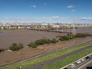 台風で大増水した荒川 東京都足立区の写真素材 [FYI03410954]