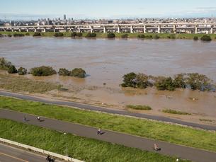 台風で大増水した荒川 東京都足立区の写真素材 [FYI03410958]