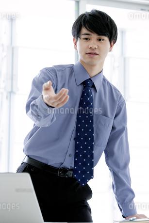 手を差し伸ばすビジネスマンの写真素材 [FYI03411035]