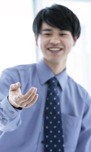 手を差し伸ばすビジネスマンの写真素材 [FYI03411036]