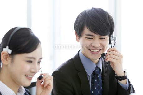 インカムをつけたビジネスマンとビジネスウーマンの写真素材 [FYI03411063]