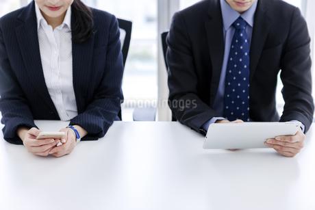 打ち合わせをするビジネスマンとビジネスウーマンの写真素材 [FYI03411068]