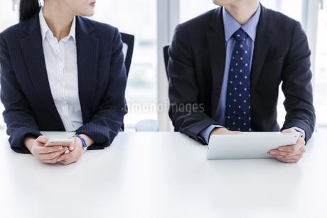 打ち合わせをするビジネスマンとビジネスウーマンの写真素材 [FYI03411069]