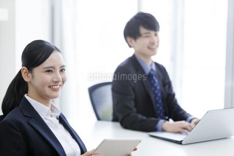 打ち合わせをするビジネスマンとビジネスウーマンの写真素材 [FYI03411070]