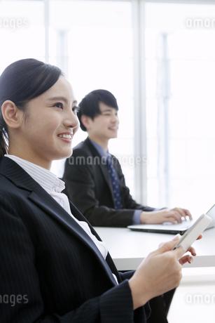 打ち合わせをするビジネスマンとビジネスウーマンの写真素材 [FYI03411071]