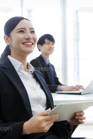 打ち合わせをするビジネスマンとビジネスウーマンの写真素材 [FYI03411072]