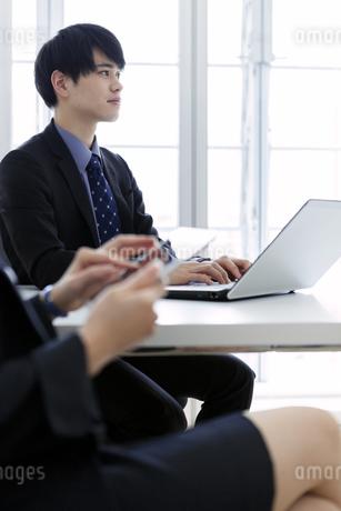 打ち合わせをするビジネスマンとビジネスウーマンの写真素材 [FYI03411073]