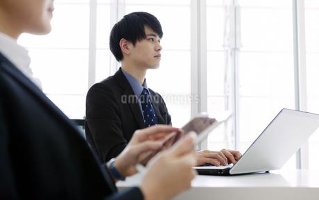 打ち合わせをするビジネスマンとビジネスウーマンの写真素材 [FYI03411074]