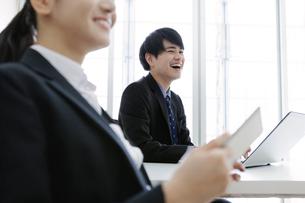 打ち合わせをするビジネスマンとビジネスウーマンの写真素材 [FYI03411075]