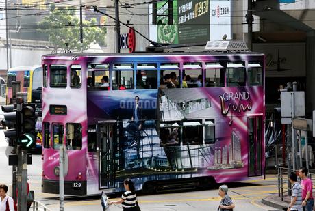 路面電車トラム。香港の庶民の足。の写真素材 [FYI03411077]