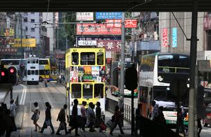香港島コーズウエイベイを行く路面電車トラム。香港の庶民の足。の写真素材 [FYI03411078]