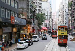 路面電車トラム。香港の庶民の足。の写真素材 [FYI03411089]
