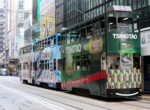 路面電車トラム。香港の庶民の足。の写真素材 [FYI03411097]