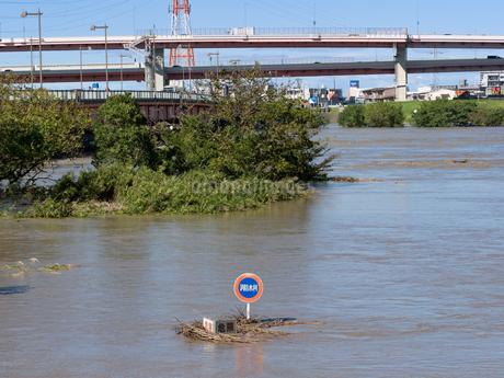 台風で大増水した荒川 東京都足立区の写真素材 [FYI03411151]