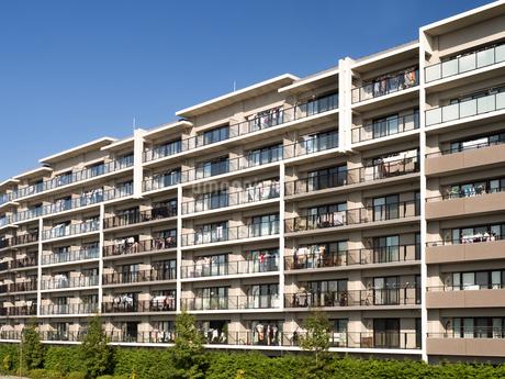 住宅街の大型マンションの写真素材 [FYI03411224]