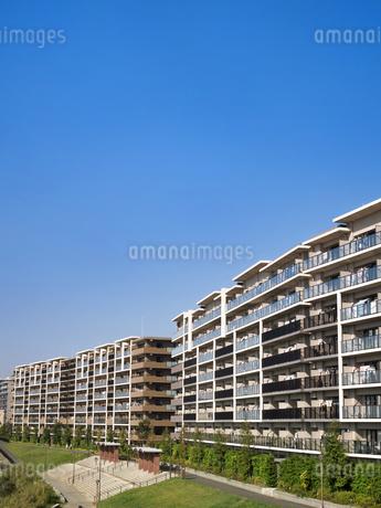 住宅街の大型マンションの写真素材 [FYI03411225]