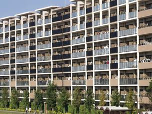 住宅街の大型マンションの写真素材 [FYI03411226]