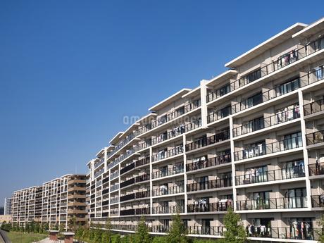 住宅街の大型マンションの写真素材 [FYI03411228]