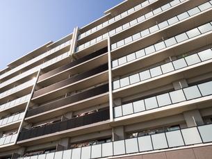 住宅街の大型マンションの写真素材 [FYI03411229]