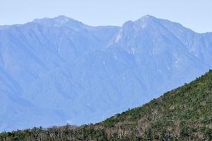 奥秩父山塊の朝日岳より仙丈ヶ岳と甲斐駒ヶ岳の写真素材 [FYI03411428]