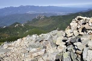 金峰山賽ノ河原より八ヶ岳と瑞牆山を望むの写真素材 [FYI03411441]
