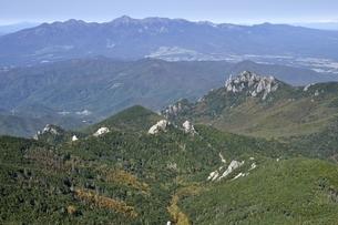 八ヶ岳の手前に瑞牆山の写真素材 [FYI03411481]